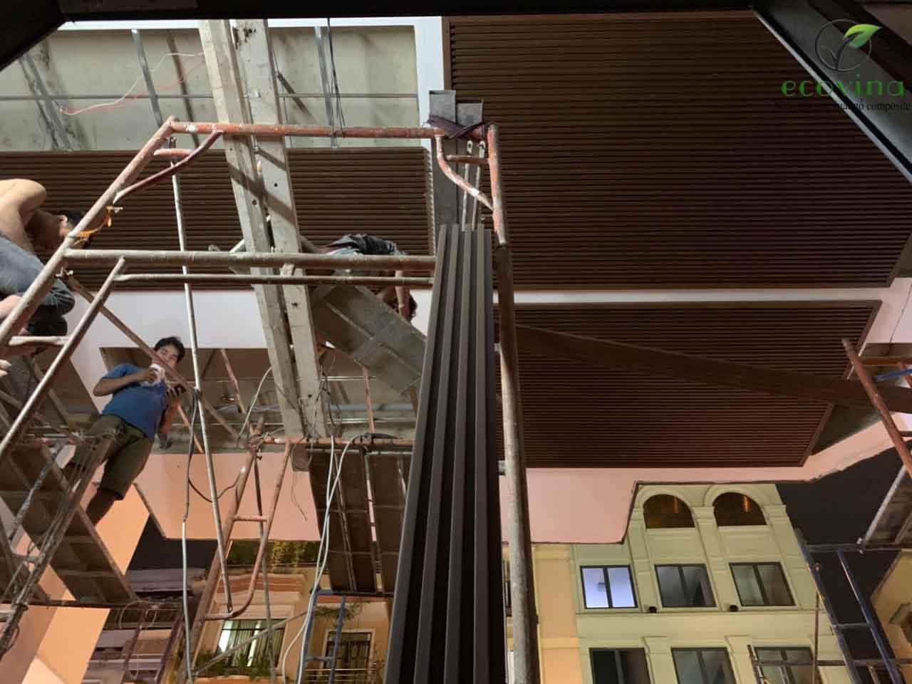 Thi công trần nan gỗ nhựa composite uy tín, an toàn nhanh chóng tại Hà Nội