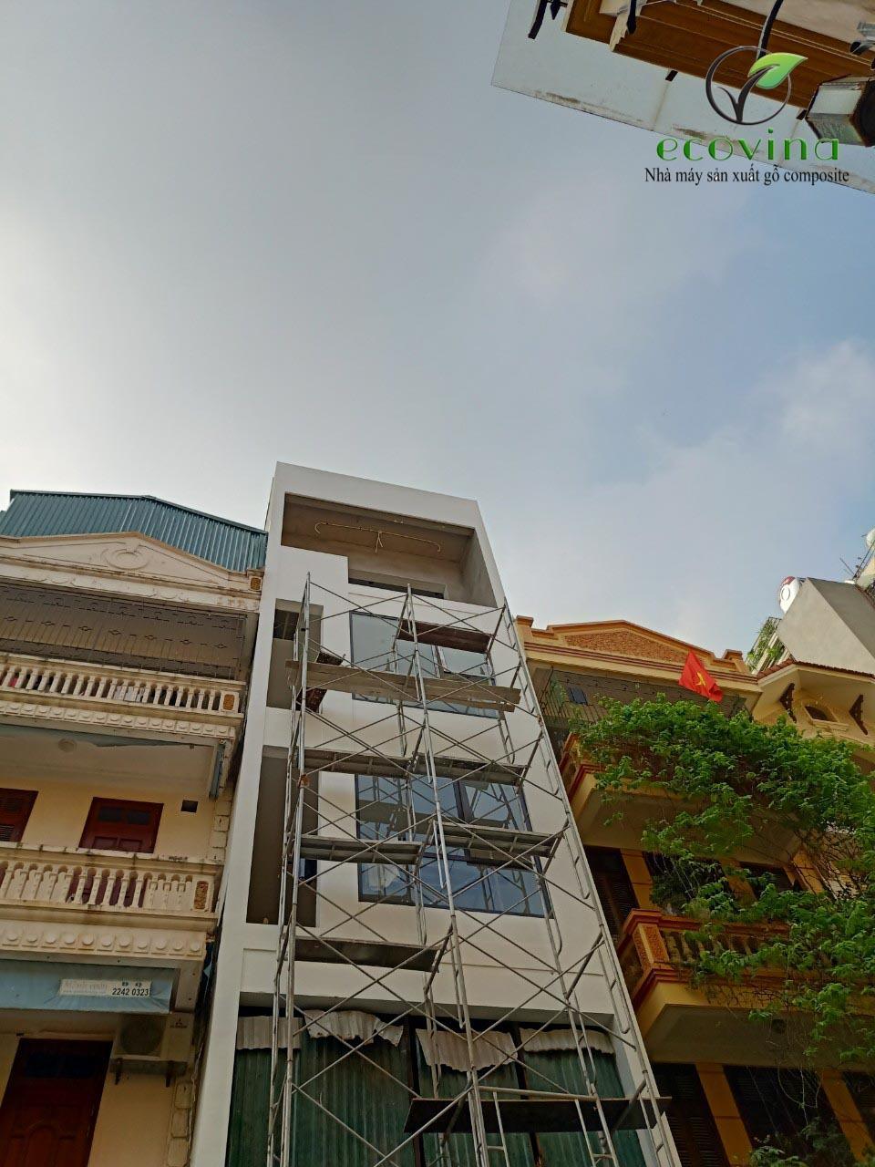 Thi công tấm ốp gỗ nhựa Ecovina cho nhà ở tại Định Công Hà Nội