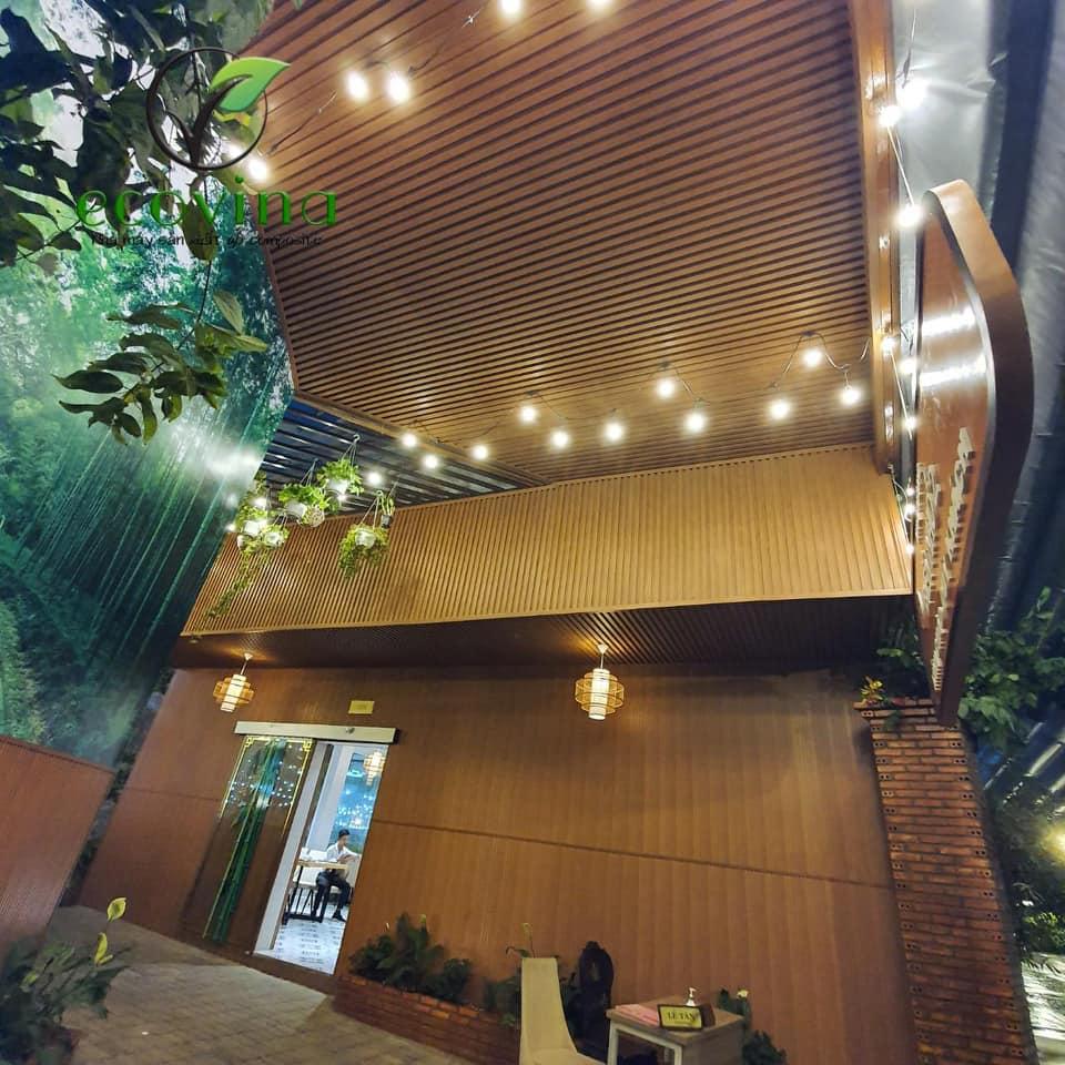 Tấm ốp tường trần gỗ nhựa cho nhà hàng