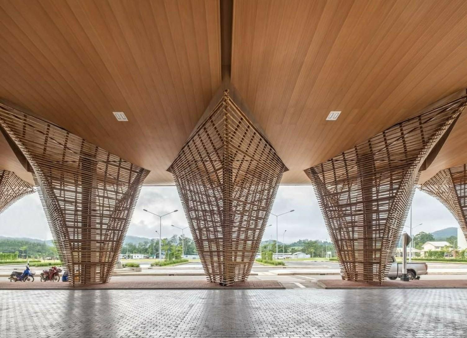 Tấm ốp trần nhựa composite hiện đại , thẩm mỹ cao , phù hợp với nhiều không gian nội , ngoại thất .