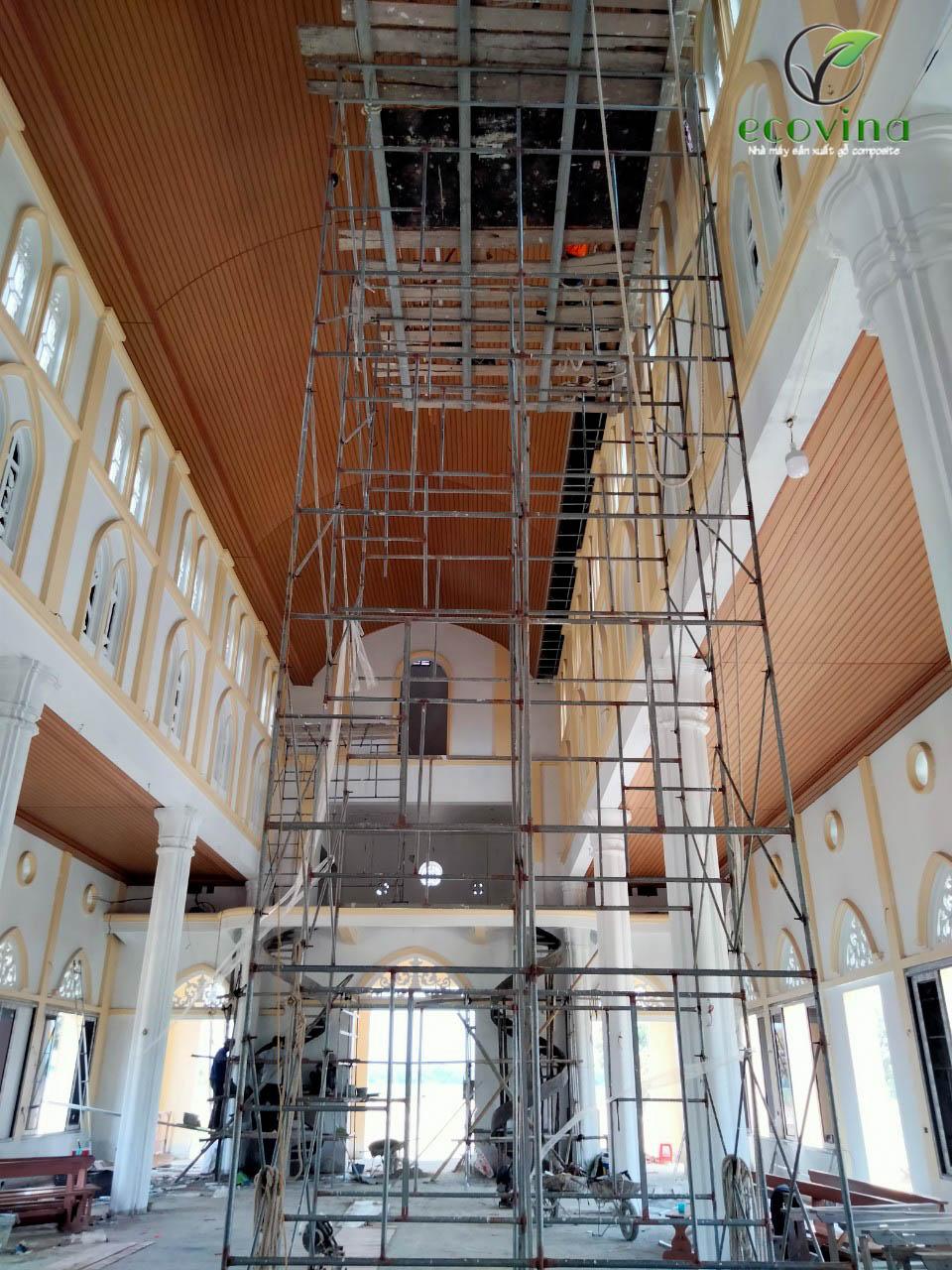 Hình ảnh thi công trần gỗ nhựa cho nhà thờ tại Hà Tĩnh